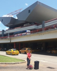 Devant l'aéroport de La Havane (Cuba)