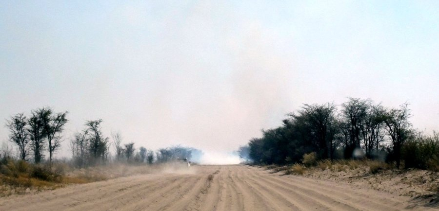 Fumées sur la piste vers Nxai Pan NP - Botswana