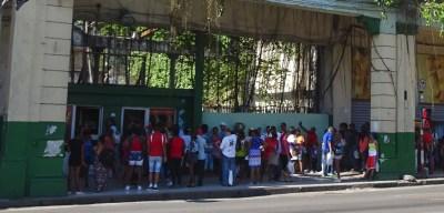 La patience des cubains dans les files d'attente - La Havane (Cuba)