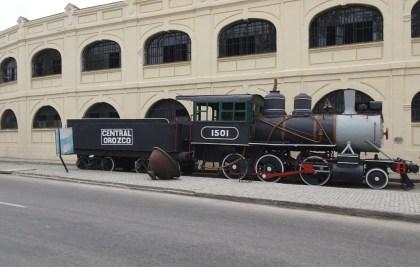 Locomotive à vapeur devant le marché des artisans d'Almacenes San Jose - La Havane (Cuba)