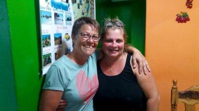 Photo avec notre hôte chez l'habitant - Vinales (Cuba)