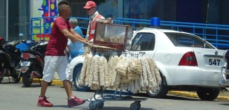 Vendeur ambulant dans les rues de La Havane - Cuba