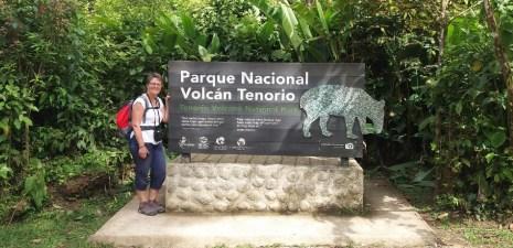 Devant le panneau du parc national du volcan Tenorio - Costa Rica