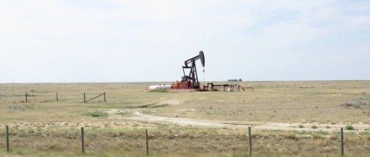 Puits de pétrole sur la route entre le parc Provincial des Dinosaures et Regina - Canada