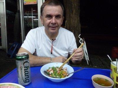 Diner sur les trottoirs de Bangkok