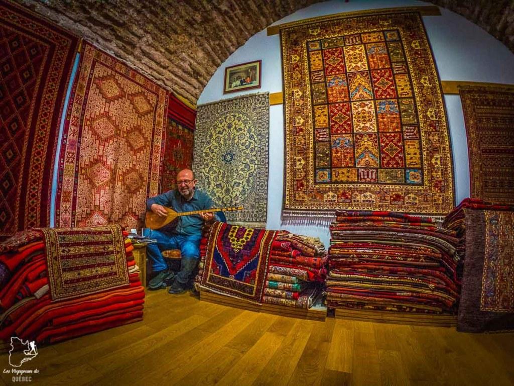 Marchand de tapis à Istanbul dans mon article Carnet de voyage à Istanbul : Ville de contrastes et de découvertes #istanbul #turquie #voyage