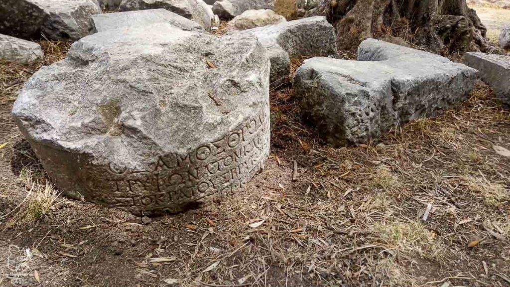 Inscriptions sur le site de l'acropole de Rhodes dans mon article Rhodes en Grèce : Petit guide pour savoir que faire à Rhodes et visiter #rhodes #ilesderhodes #rhodesengrece #grece #ile #acropole