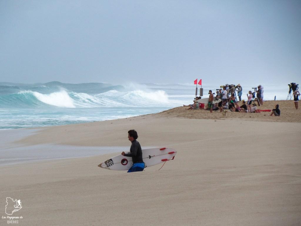 Professionnel de surf à North Shore sur l'île d'Oahu dans notre article L'île d'Oahu à Hawaii : Activités incontournables à faire lors d'un road trip #oahu #roadtrip #ile #hawaii #surf #northshore