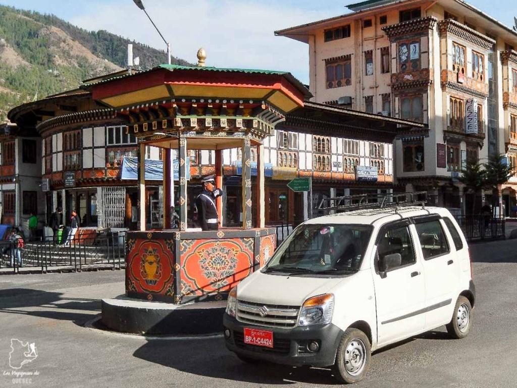 Seul rond point de Thimphu, la capitale du Bhoutan, dans notre article Visiter le Bhoutan : Voyage dans ce petit royaume enchanteur hors du temps #bhoutan #asie #voyage