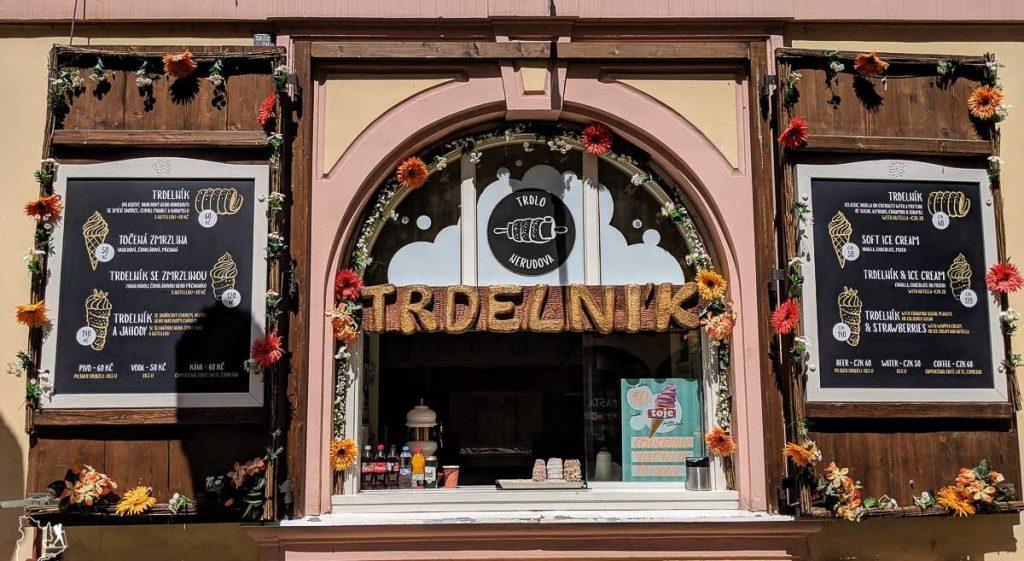 Manger un trdelnik, parmi les incontournables de Prague dans notre article Que faire à Prague : Les incontournables pour visiter Prague en un week-end #prague #republiquetcheque #citytrip #week-end #europe #voyage