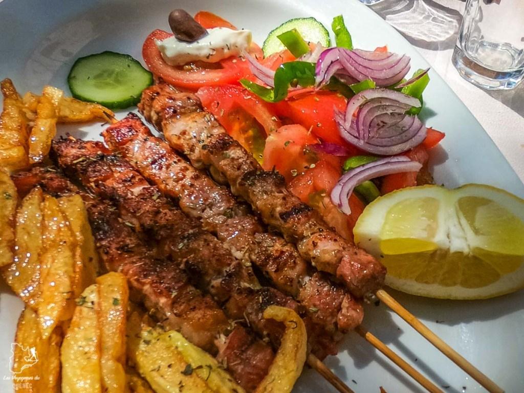 Repas de souvlakis à Naxos en Grèce dans notre article La cuisine grecque : 10 expériences culinaires à vivre en Grèce #grece #cuisine #cuisinegrecque #culinaire #experiencesculinaires #voyage #europe #nourriture