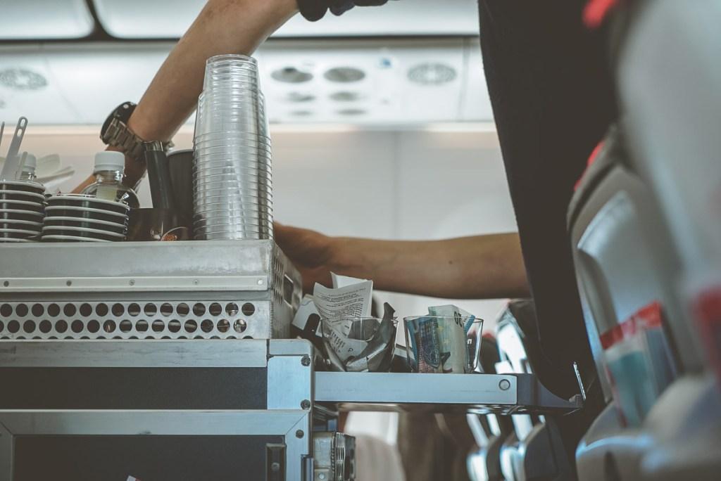S'hydrater pendant un long voyage en avion dans notre article Vol long courrier : 9 conseils pour survivre à un long voyage en avion #vol #avion #longvol #vollongcourrier #voyage
