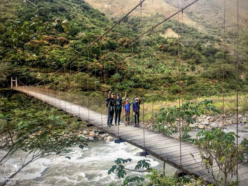 Notre famille sur un pont suspendu au Pérou dans notre article Voyage sac à dos en famille : Pour vous aider à franchir le pas #famille #sacados #voyageenfamille #voyage