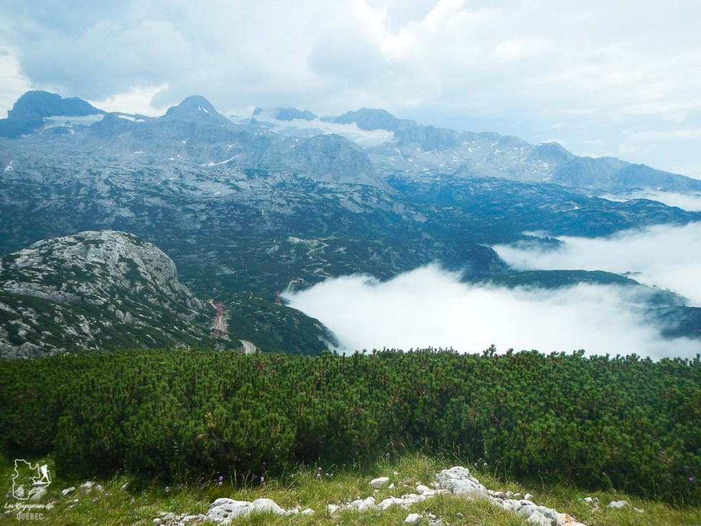 Au sommet du Dachtein près d'Hallstatt en Autriche dans notre article Hallstatt en Autriche : Petit guide pour visiter Hallstatt et ses environs #hallstatt #autriche #europe #voyage #alpes
