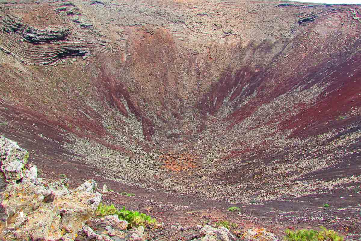 Vue sur le cratère du Volcan Calderon Honda à Fuerteventura dans notre article Visiter Fuerteventura : petit paradis des îles Canaries en Espagne #Fuerteventura #canaries #espagne #voyage #ile
