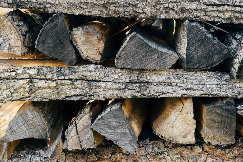Le bois pour le feu en camping sauvage dans notre article Faire du camping sauvage: Trucs et astuces pour du camping sauvage de luxe réussi #camping #campingsauvage #quebec