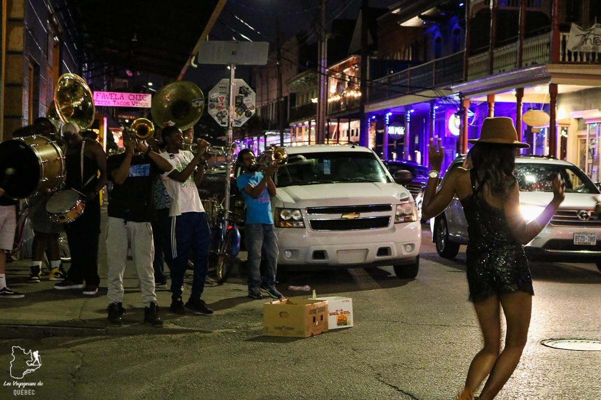 Danser dans les rues de Frenchmen street en Nouvelle-Orléans dans notre article 5 incontournables de la Nouvelle-Orléans à visiter en 3 jours #nouvelleorleans #louisiane #usa #etatsunis #voyage #amerique
