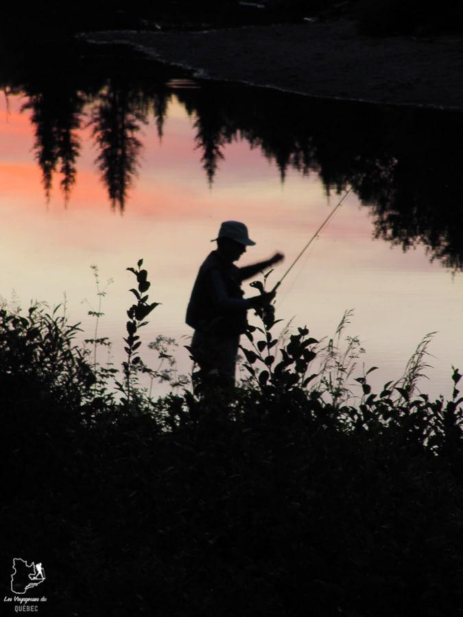 Pêcheur à la mouche au soleil couchant sur la Côte-Nord dans notre article Visiter la Côte-Nord au Québec : mes coups de cœur tout en nature #cotenord #quebec #canada #nature