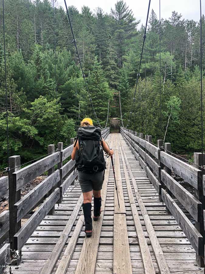 Pont suspendu traversé lors de la randonnée dans Lanaudière dans notre article Randonnée dans Lanaudière : 100 km sur le sentier national (sentier de la Matawinie) #randonnee #lanaudiere #matawinie #sentiernational #quebec #canada