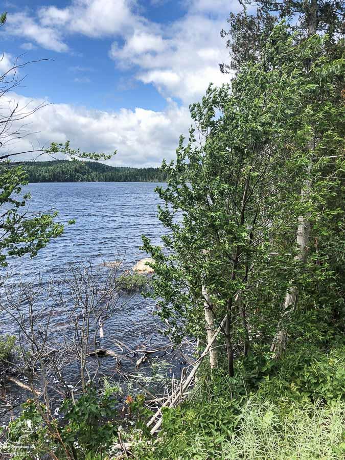 Lac lors du dernier jour de la randonnée dans Lanaudière dans notre article Randonnée dans Lanaudière : 100 km sur le sentier national (sentier de la Matawinie) #randonnee #lanaudiere #matawinie #sentiernational #quebec #canada