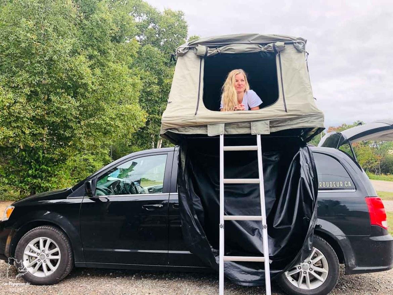 Van avec tente-toit pour un road trip sur la Côte-Nord au Québec dans notre article Road trip sur la Côte-Nord au Québec : Itinéraire voyage de 10 jours en van #cotenord #quebec #bonjourquebec #canada #roadtrip #voyage