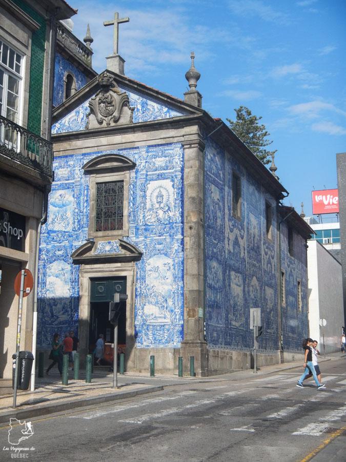 Bâtiment de Porto recouvert d'azulejos, des faïences colorées dans notre article Visiter Porto au Portugal et la Vallée du Douro : Que faire en 7 incontournables #porto #valleedudouro #portugal #europe #voyage