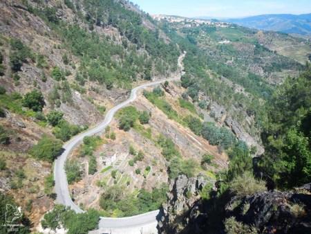 Conduire routes sinueuses dans la Vallée du Douro dans notre article Visiter Porto au Portugal et la Vallée du Douro : Que faire en 7 incontournables #porto #valleedudouro #portugal #europe #voyage