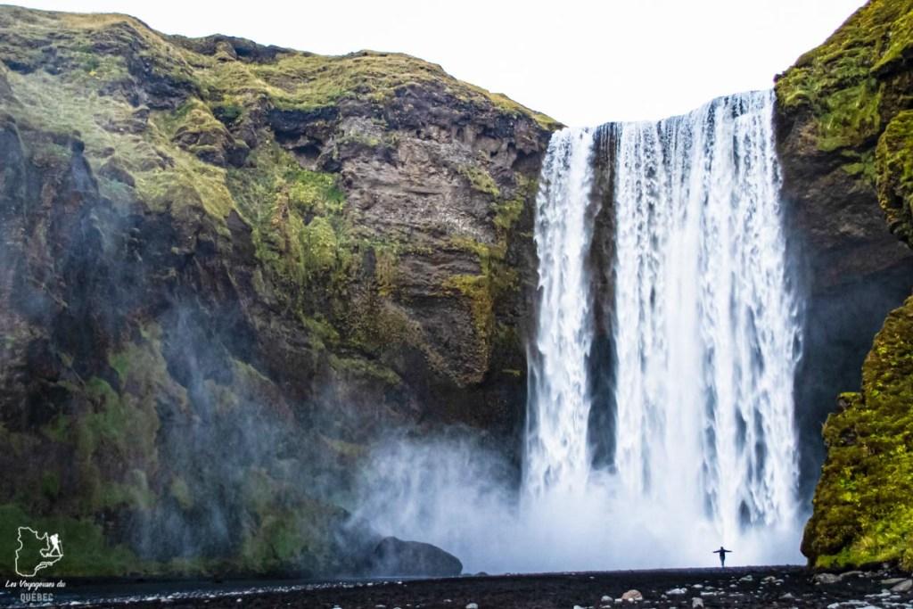 Communion avec la chute Skógafoss en Islande dans notre article Voyager en palette d'émotions : lorsque l'aventure devient introspection #emotions #voyage #voyager #introspection