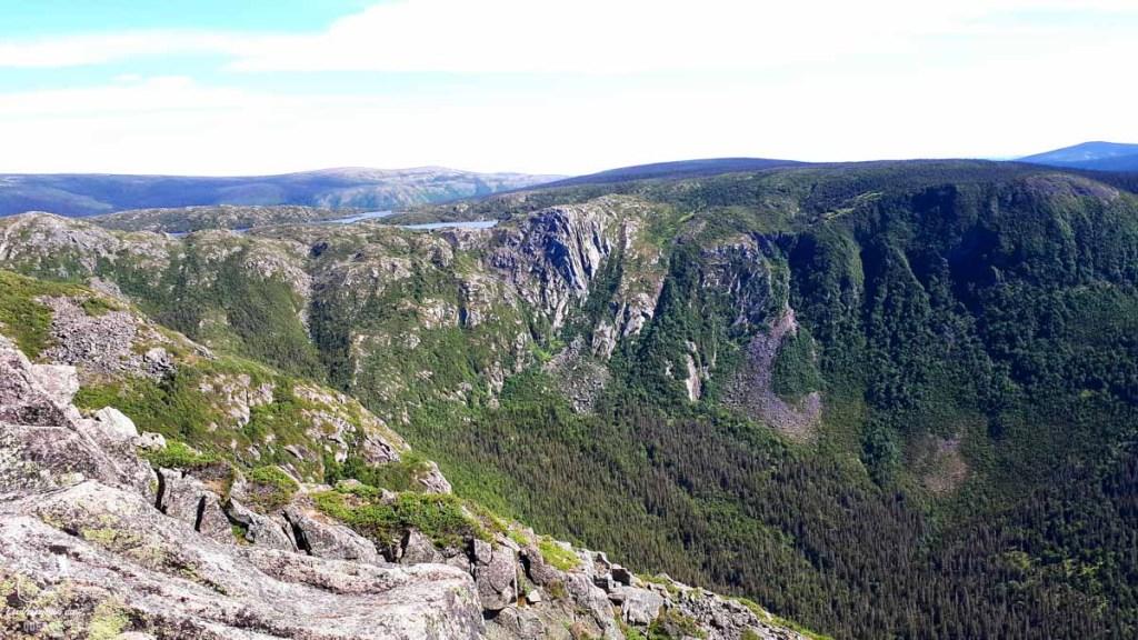 Au sommet du Mont Xalibu dans notre article 4 randonnées en Gaspésie incontournables du Parc de la Gaspésie et des Chic-Chocs #randonnee #Gaspesie #chicchocs #sepaq #quebec