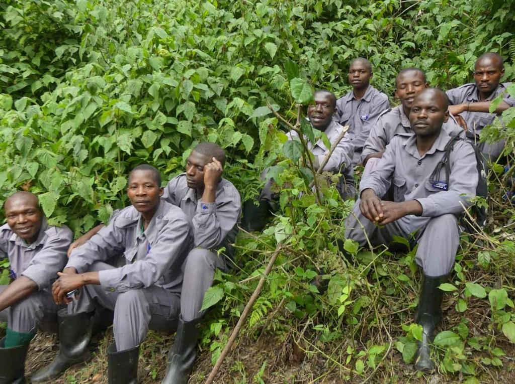 Équipe de porteurs pour l'expédition dans la forêt impénétrable de Bwindi dans notre article Observation des gorilles de montagne en Ouganda à la Bwindi impenetrable forest #ouganda #gorille #singe #afrique #voyage #safari