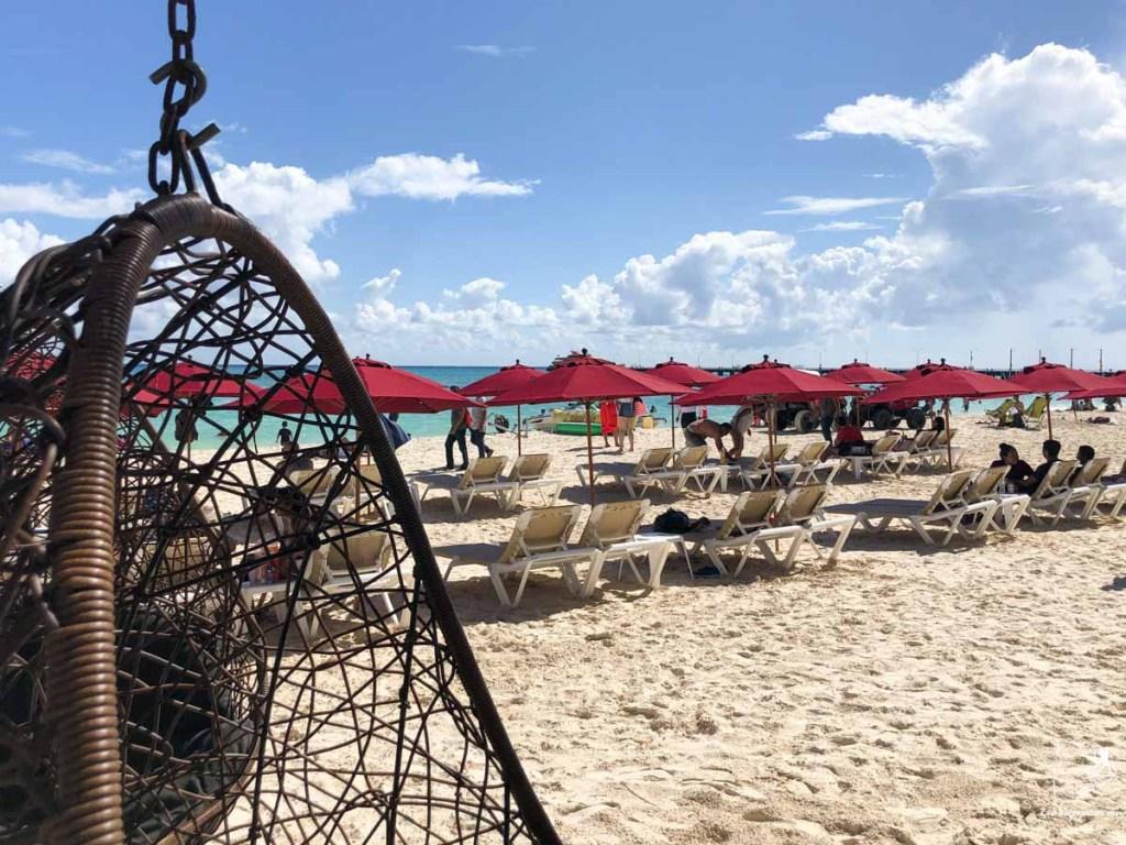 Détente à Playa Mamitas à Playa del Carmen au mexique dans notre article Quoi faire à Playa del Carmen et dans le Quintana Roo au Mexique en indépendant #playadelcarmen #quintanaroo #mexique #voyage #caraibes #yucatan #akumal