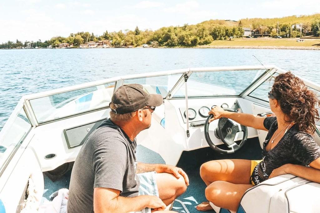 En bateau près de Régina en Saskatchewan dans notre article Visiter le Canada autrement : Ma traversée du Canada hors des sentiers battus #canada #roadtrip