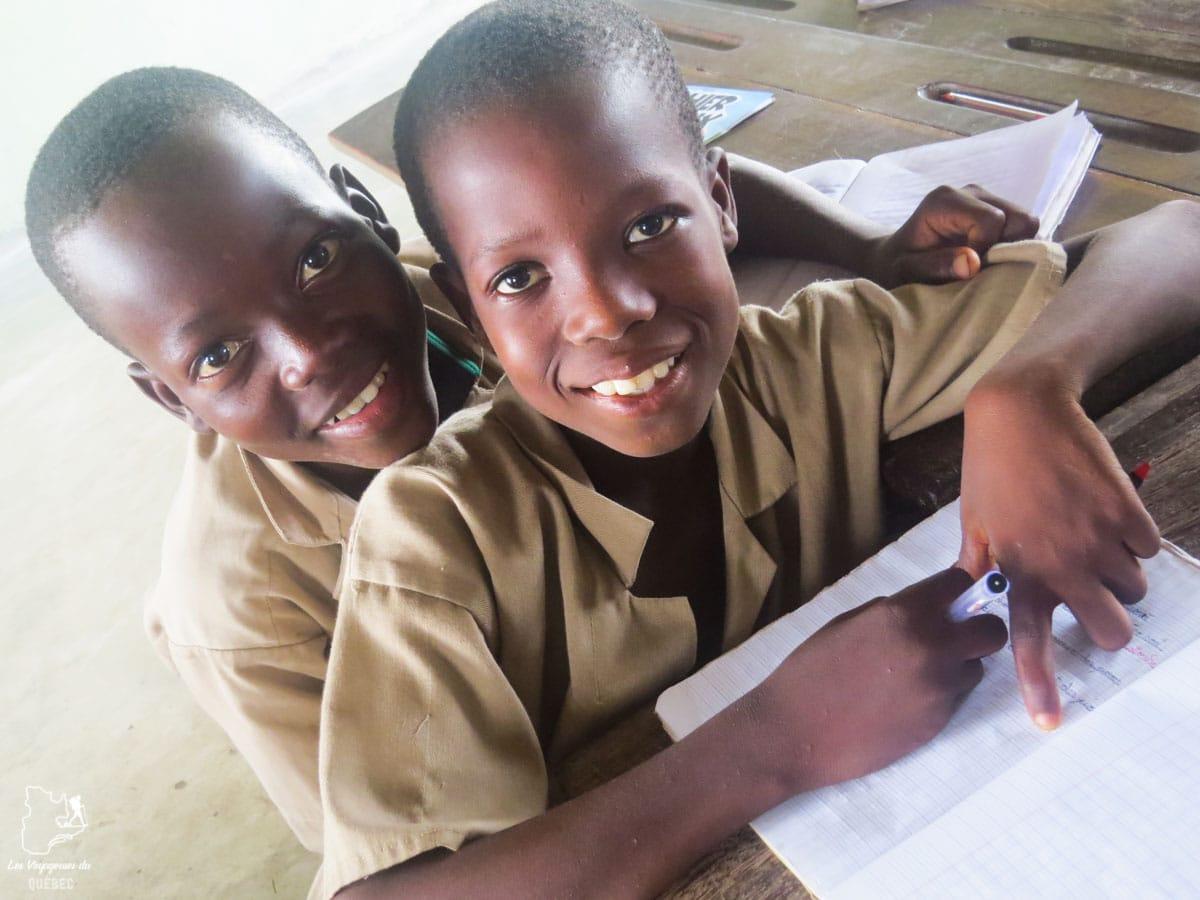 Étudiants de l'école du village lacustre de Sô-Tchanhoué au Bénin en Afrique dans notre article Voyage au Bénin: Le Bénin en Afrique en 8 incontournables à visiter #benin #afrique #voyage