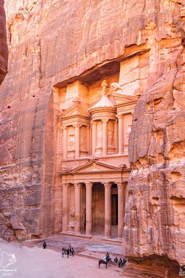 Pétra et son célèbre trésor (Khazneh) en Jordanie dans notre article Visiter la Jordanie: Mon itinéraire de 2 semaines en road trip en Jordanie #jordanie #road trip #voyage