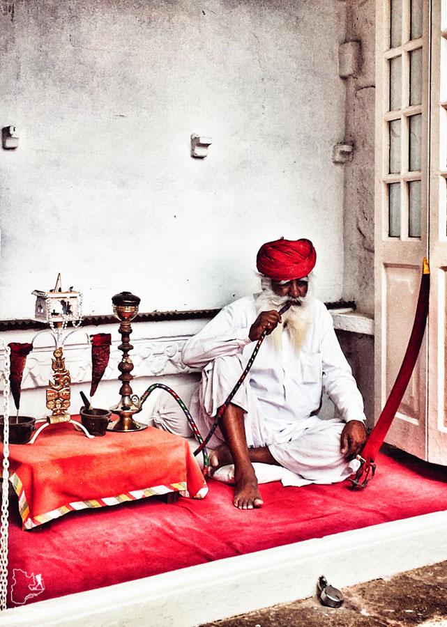 Joueur de sitar à Mehrangarh Fort à Jodhpur dans notre article Visiter le Rajasthan en Inde : Itinéraire et conseils pour un voyage dans cet État du Nord de l'Inde #rajasthan #inde #itineraire #voyage