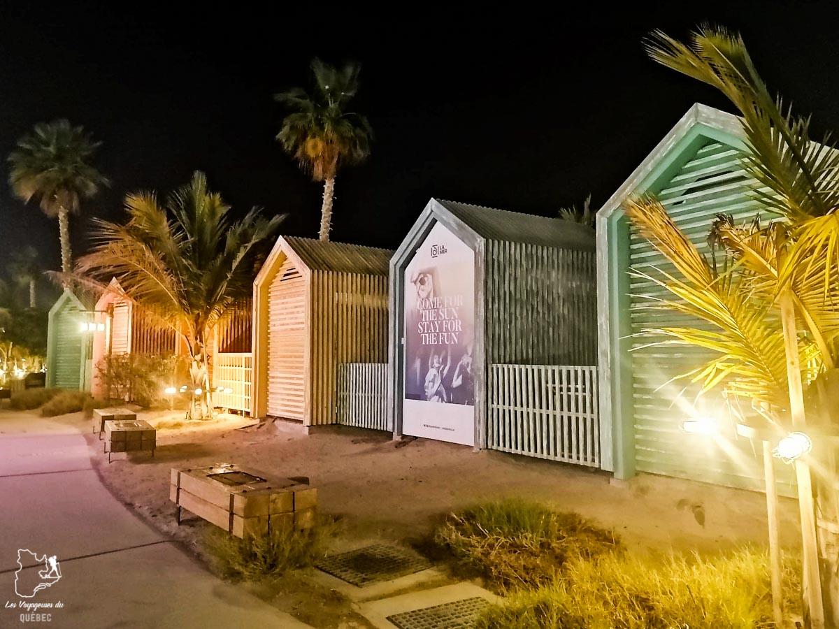 Balade dans le quartier La Mer à Dubaï en soirée dans notre article Visiter Dubaï avec un petit budget : Que faire à Dubaï et voir pour un séjour pas cher #dubai #emiratsarabesunis #asie #voyage