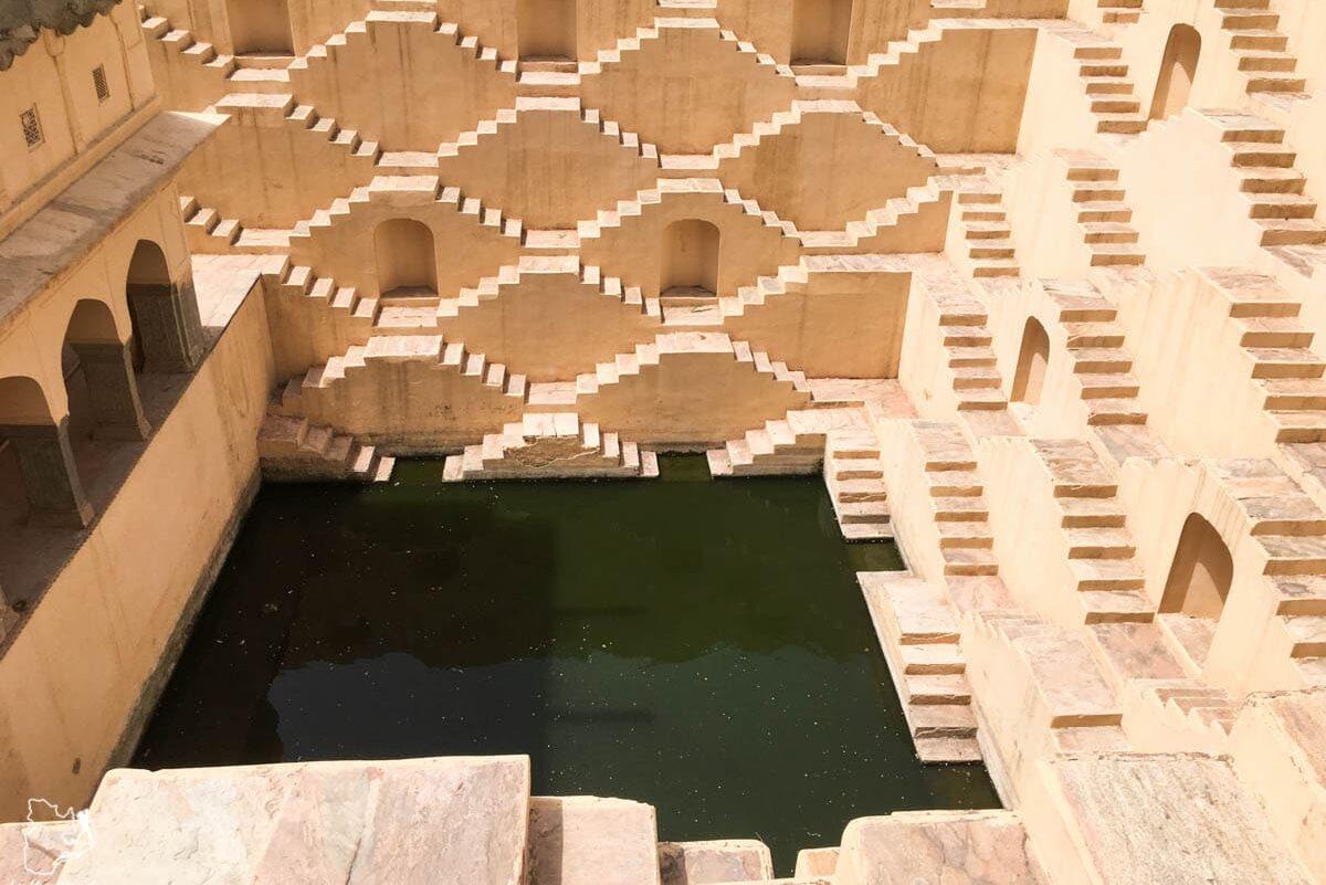 Baoli, puit à degrés à Jaipur dans notre article Visiter le Rajasthan en Inde : Itinéraire et conseils pour un voyage dans cet État du Nord de l'Inde #rajasthan #inde #itineraire #voyage