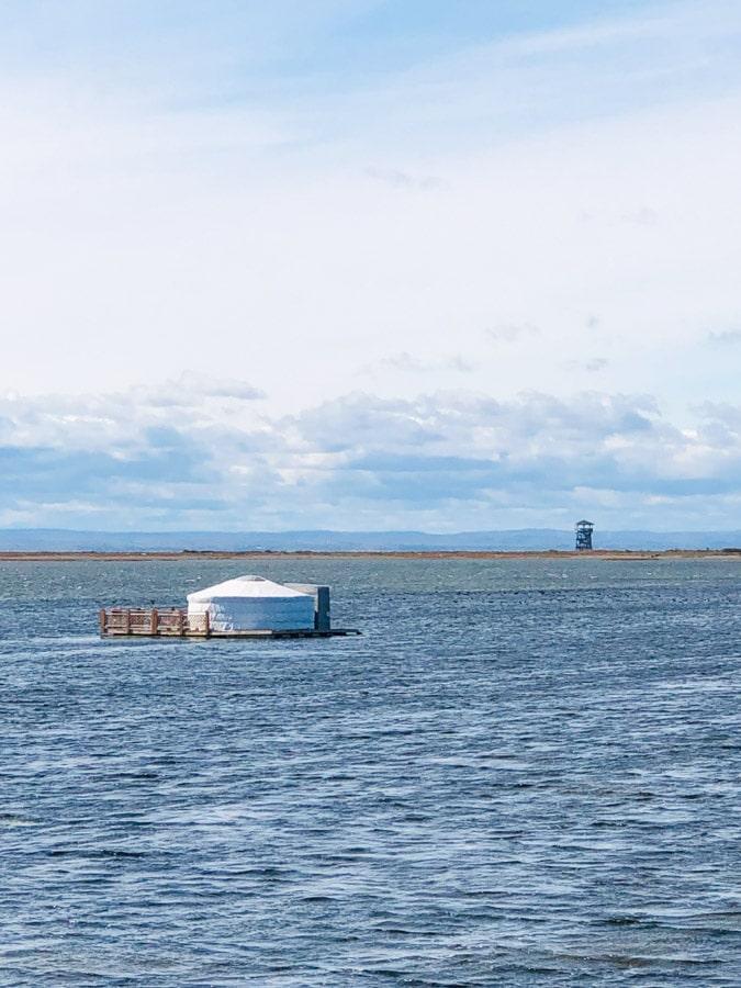 Dormir sur l'eau dans une yourte à Carleton-sur-Mer dans notre article Dormir sur l'eau: 5 hébergements insolites sur l'eau où dormir au Québec #quebec #hebergement #hebergementinsolite