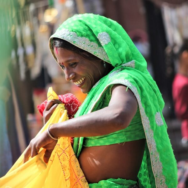 Femme indienne en sari à Jodhpur dans notre article Visiter le Rajasthan en Inde : Itinéraire et conseils pour un voyage dans cet État du Nord de l'Inde #rajasthan #inde #itineraire #voyage