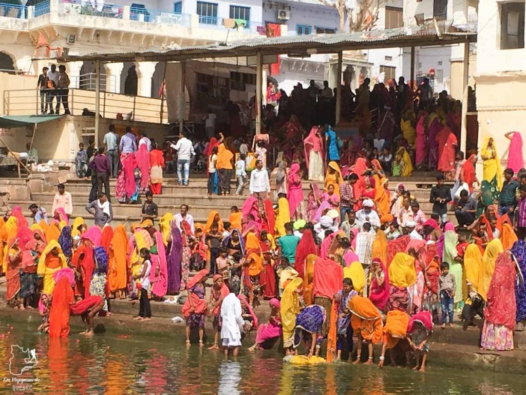 Cérémonie sur les Ghats de Pushkar dans notre article Visiter le Rajasthan en Inde : Itinéraire et conseils pour un voyage dans cet État du Nord de l'Inde #rajasthan #inde #itineraire #voyage