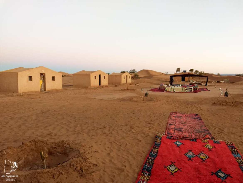 Bivouac fixe à l'entrée du désert du Sahara au Maroc dans notre article Trek dans le désert du Maroc : Ma randonnée de 5 jours dans le désert du Sahara #desert #maroc #sahara #randonnee #trek #voyage