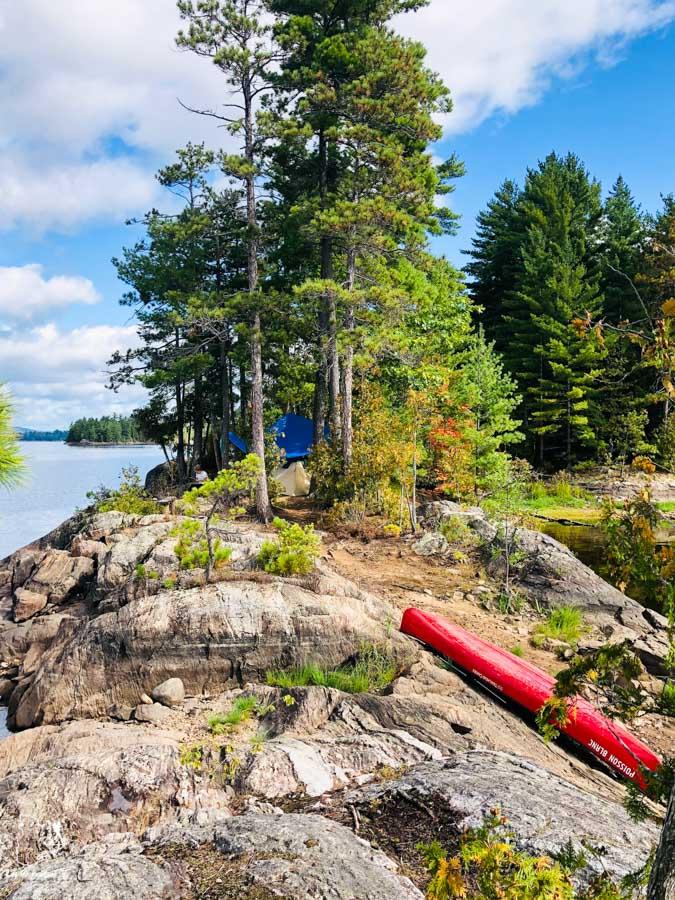 Faire du canot camping au Parc du Poisson blanc en Outaouais dans notre article Road trip au Québec: 15 road trips thématiques à moins de 2h de Montréal #roadtrip #quebec #itineraire