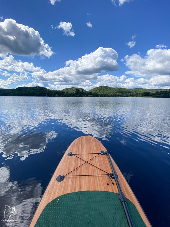 En SUP au Lac Raymond à Val-Morin dans les Laurentides dans notre article Road trip au Québec: 15 road trips thématiques à moins de 2h de Montréal #roadtrip #quebec #itineraire