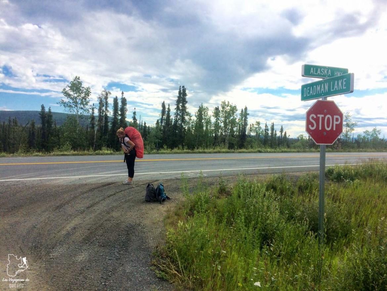En attente durant un voyage en auto-stop dans notre article Voyage en auto-stop : De l'Alaska à la Californie sur le pouce, une aventure humaine #autostop #pouce #voyage #usa #canada