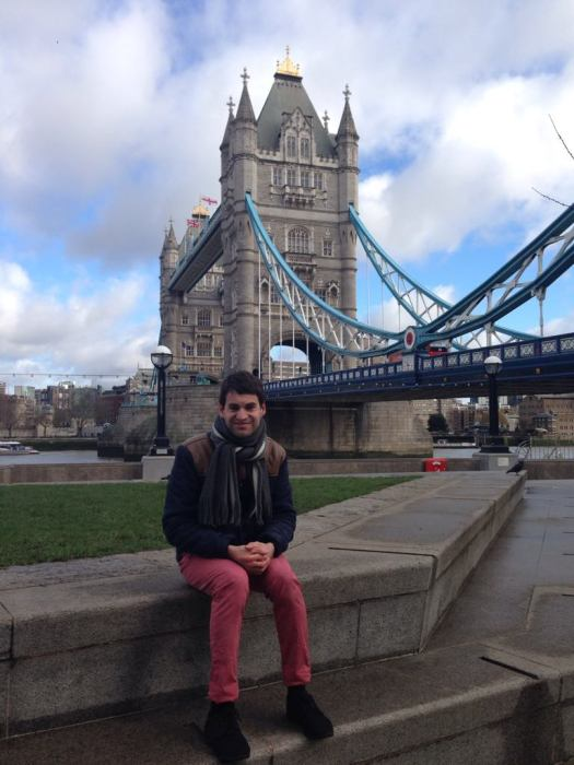 Moi assis devant le Tower Bridge, Londres, Angleterre.