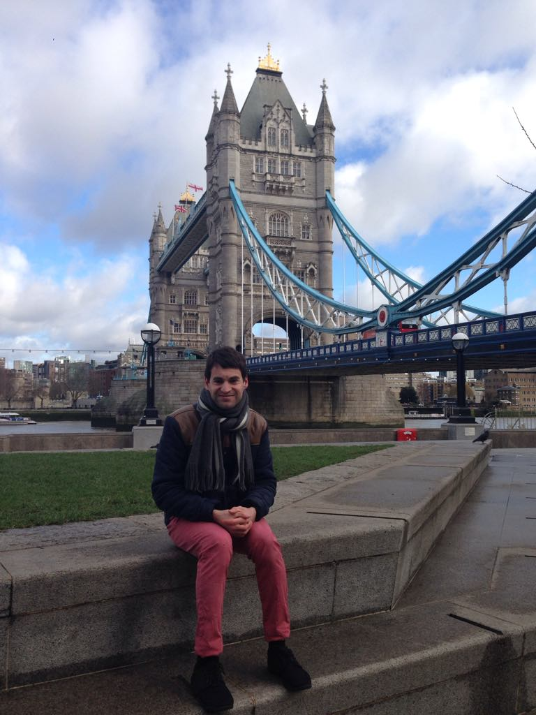 Moi assis devant Tower Bridge, Londres, Angleterre
