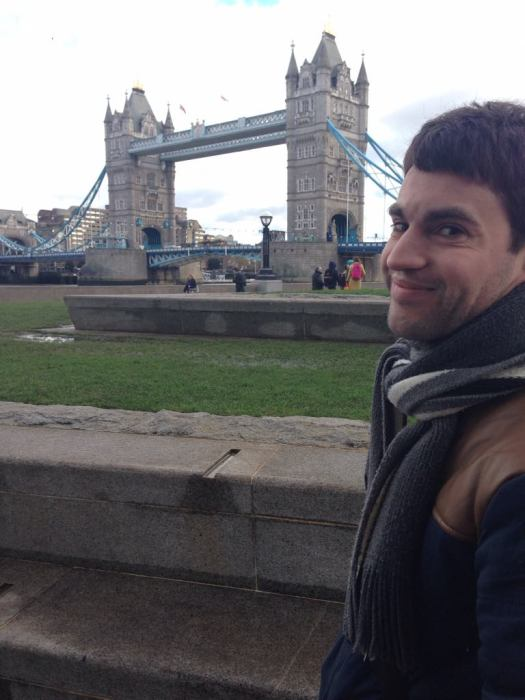 Moi devant Tower Bridge, Londres, Angleterre.