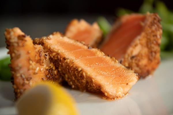 Le Tataki de Saumon, mi-cuit de Saumon aux graines de sésame.