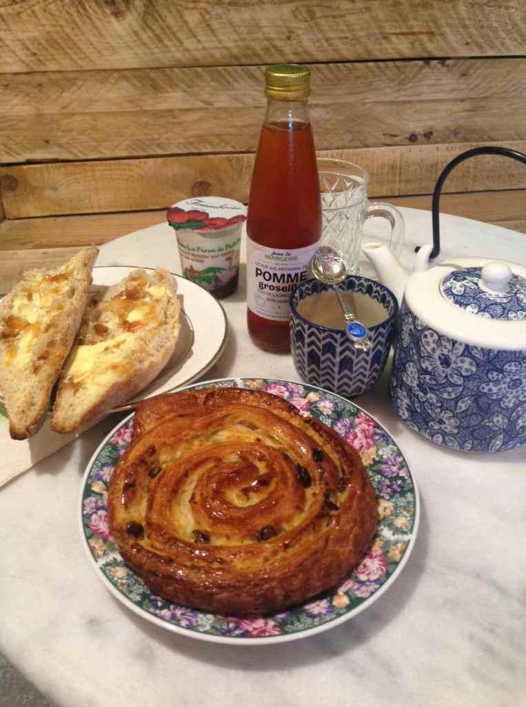 Petit déjeuner bio au Terrier, viennoiserie, formule, jus de fruit, besse et saint anastaise, boulangerie et salon de thé