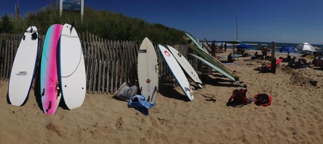 Surfy na pláži Ditch Plains, Montauk, Long Island, USA